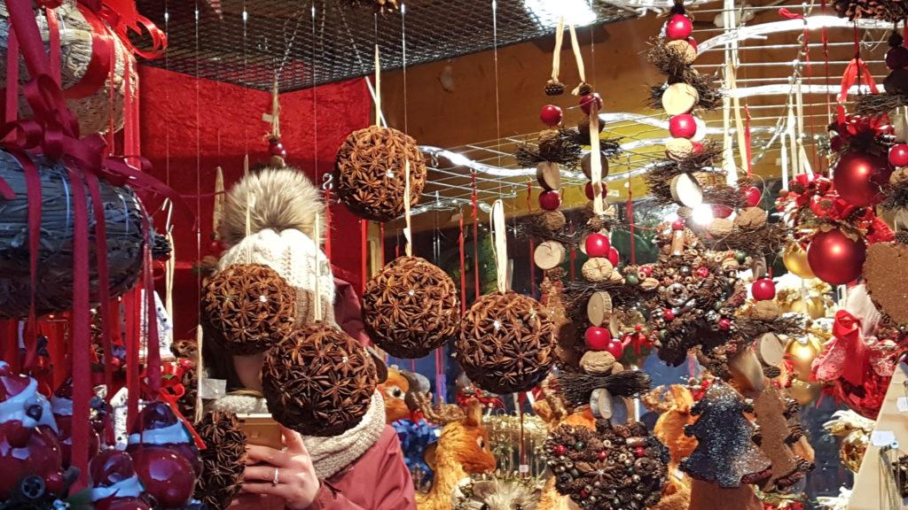 Come addobbare l'albero di Natale? Le palline ricoperte di spezie.
